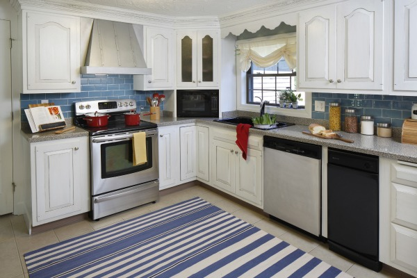 backsplash and tied it together with her rug i love the cozy cottage