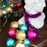 Oh my goodness - I had NO idea it was so easy! How to Make Ornament Clusters / Easy Holiday Decorating / Christmas Decorating Ideas