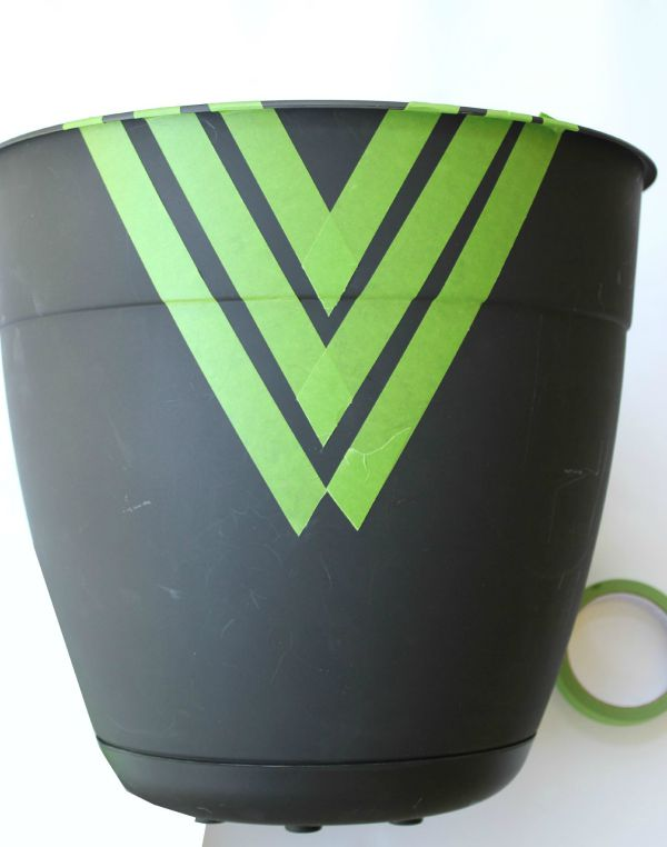 Instead of paying $50 on a planter pot, buy a cheap one and dress it up with spray paint! Easy Painted Planter Pots   Gardening   Fiddle Leaf Fig   Geometric   Painting Patterns