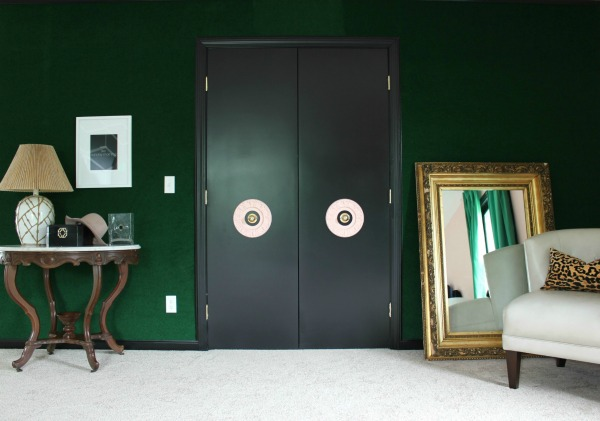 Well Traveled Master Bedroom Makeover Reveal - DO NOT miss this master bedroom! It combines bold black and white, a touch of green, pink and a dash of Palm Beach! STUNNING! This wall is CARPETED! It looks gorgeous! Lots of great DIY project ideas for bedrooms in this article!